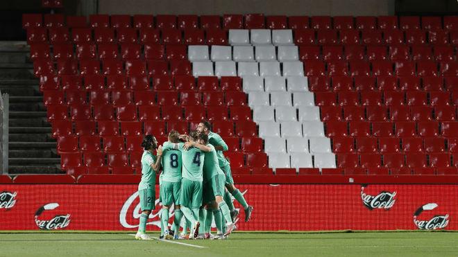 Los jugadores del Real Madrid celebran el 0-1 en Granada