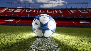 El balón de la Champions sobre el césped del Sánchez-Pizjuán.