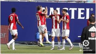 Raúl García celebra un gol contra el Levante.