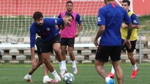 Diego Costa y Vitolo pelean un balón en el entrenamiento de este...