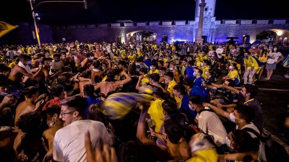 Aficionados del Cádiz festejan el ascenso a Primera