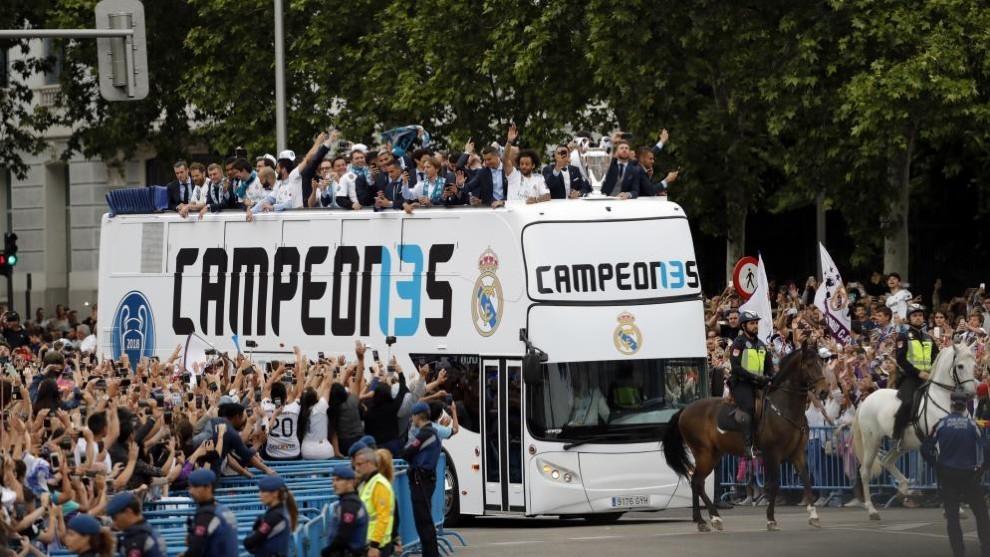 El autobús del Real Madrid llegando a la Plaza de Cibeles tras ganar...