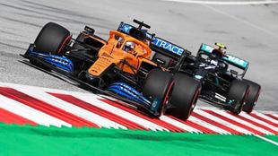 Carlos Sainz, perseguido por Valtteri Bottas.