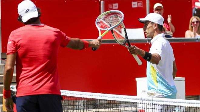 Matteo Berrettini y Roberto Bautista chocan sus raquetas a la...