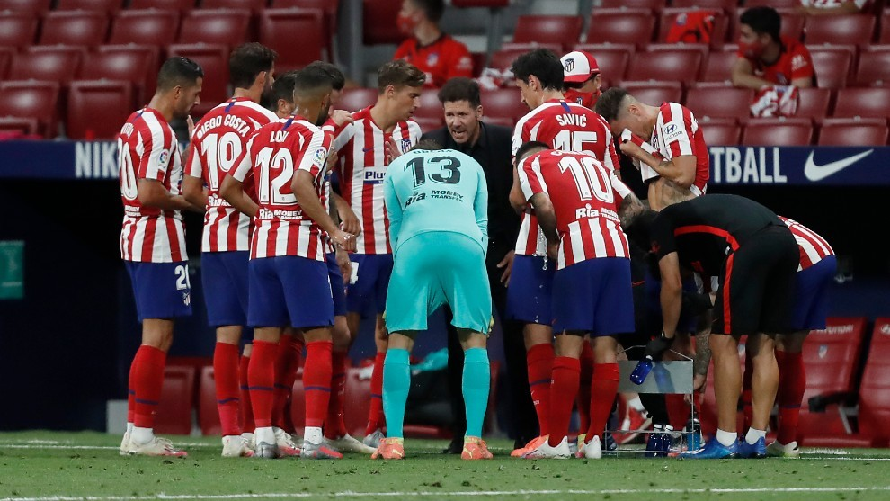 Simeone da instrucciones a sus jugadores en una pausa de hidratación.