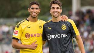 Relu posa junto a su buen amigo Achraf durante su etapa en el Dortmund