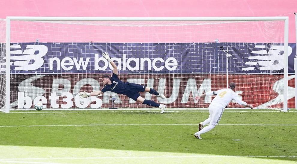 Sergio Ramos transforma un penalti ante Unai Simón, del Athletic de...