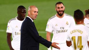 Zinedine Zidane junto a sus jugadores del Real Madrid.