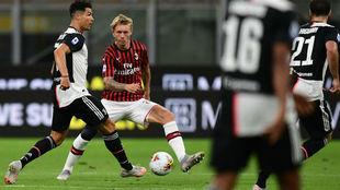 Kjaer defiende a Cristiano en un Juve-Milan.