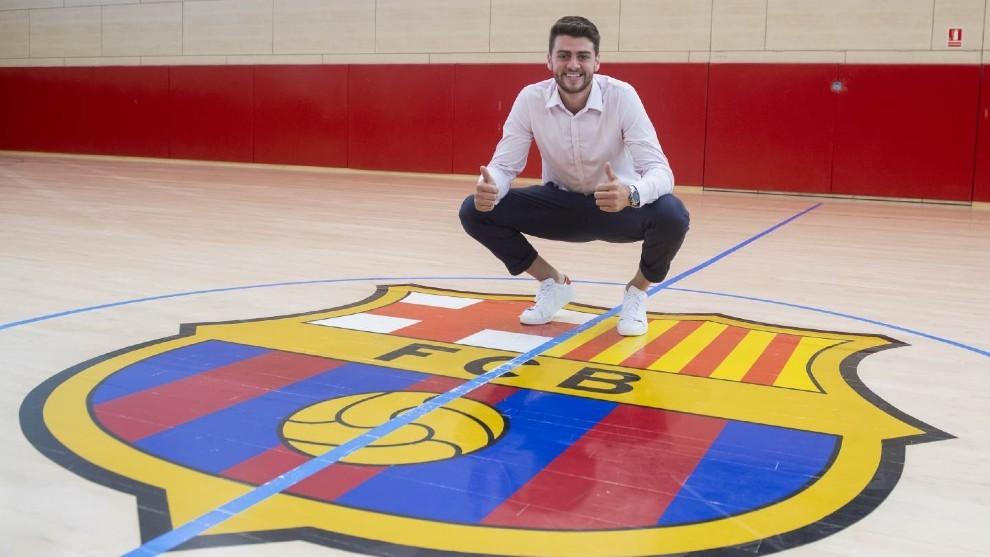 Haniel Langaro posa con el escudo del Barcelona /