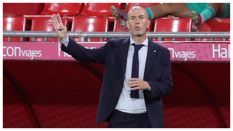 Zidane da instrucciones durante el partido con el Granada.