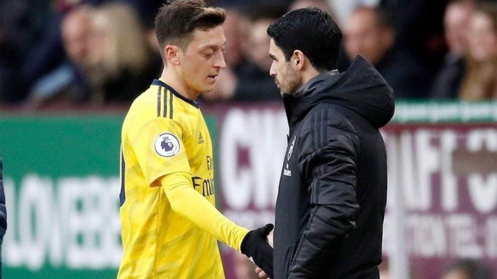Özil 'echa un pulso' a Arteta: dice que está listo y el entrenador, que está lesionado