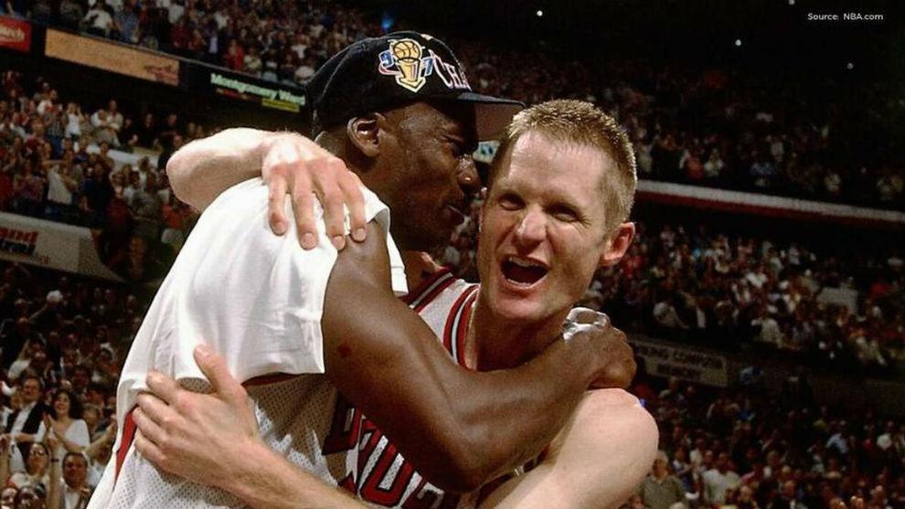Jordan y Kerr se abrazan después de un título de los Bulls