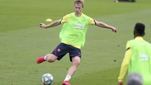 El jugador del Barcelona De Jong, en un entrenamiento.