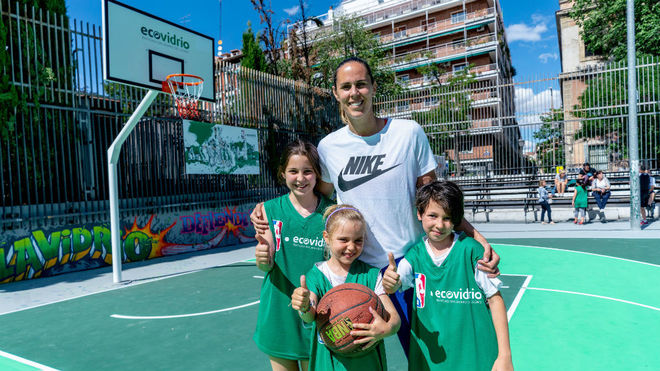Amaya Valdemoro, con unos niños