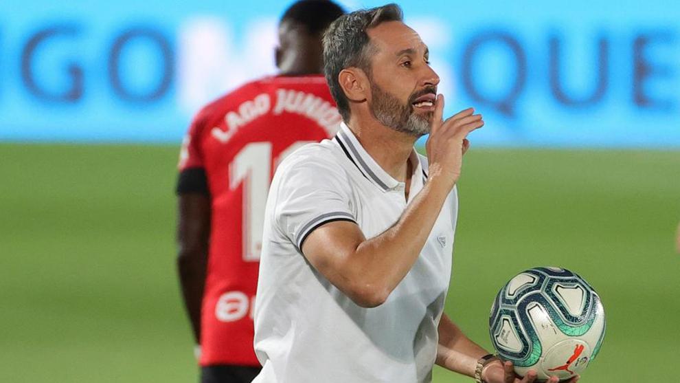 Vicente Moreno dirigiendo en un partido La Liga