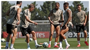 Los jugadores del Real Madrid, en el entrenamiento de esta mañana.
