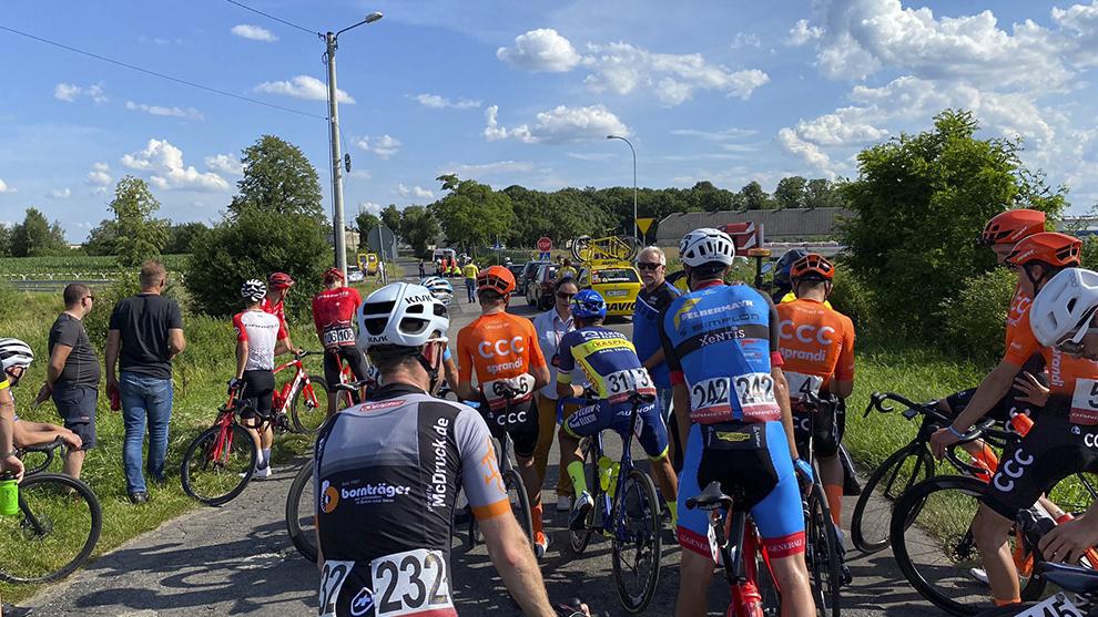Desde carrera se comunican con los ciclistas.