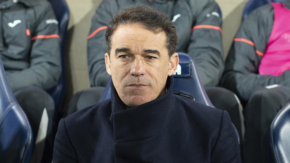 Luis García sentado en el banquillo del Villarreal.