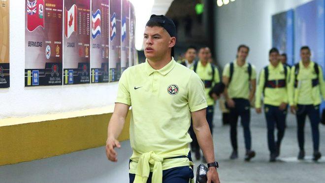 Sánchez camina en el túnel del Estadio Azteca.
