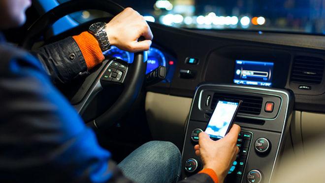 Un hombre usa el móvil mientras conduce.