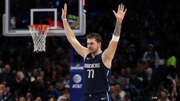 Luka Doncic celebra una canasta de los Mavericks.
