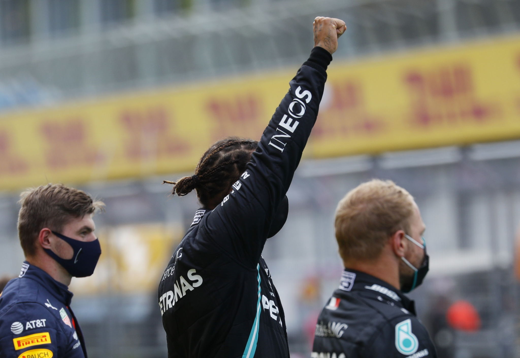 Spielberg (Austria), 12/07/2020.- A handout photo made available by the FIA shows British Formula One driver lt;HIT gt;Lewis lt;/HIT gt; lt;HIT gt;Hamilton lt;/HIT gt; (C) of Mercedes AMG GP celebrates on the podium after winning the Formula One Grand Prix of Styria in Spielberg, Austria, 12 July 2020, with second placed Mercedes Valtteri Bottas and third placed Red Bulls Max Verstappen (Fórmula Uno) EFE/EPA/FIA/F1 HANDOUT SHUTTERSTOCK OUT HANDOUT EDITORIAL USE ONLY/NO SALES *** Local Caption *** SPIELBERG, AUSTRIA - JULY 09: Daniel Ricciardo of Australia and Renault Sport F1 and Esteban Ocon of France and Renault Sport F1 talk in the Drivers Press Conference during previews for the F1 Grand Prix of Styria at Red Bull Ring on July 09, 2020 in Spielberg, Austria. (Photo by Bryn Lennon/Getty Images)