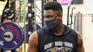 Zion Williamson, co la mascarilla, durante un entrenamiento de los...