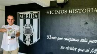 El presidente del Mérida en 1997, José Fouto, posa con el libro...