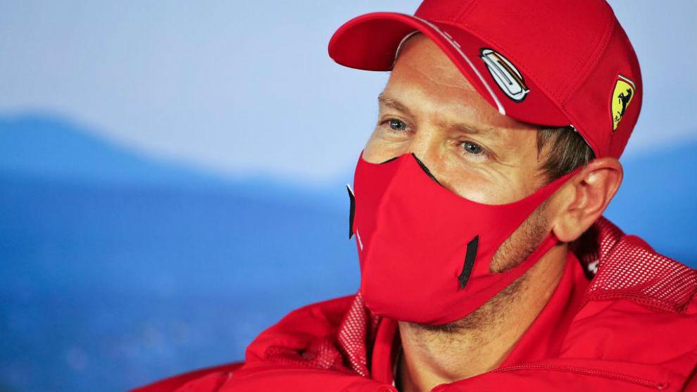 Sebastian Vettel, con gesto alegre, en la rueda de prensa previa al GP...