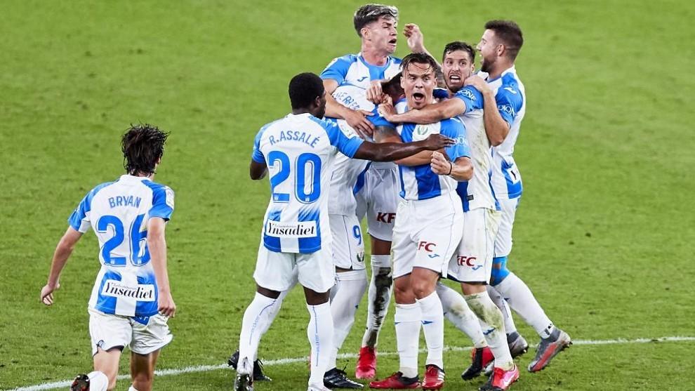 Los jugadores del Leganés celebran un gol en San Mamés.
