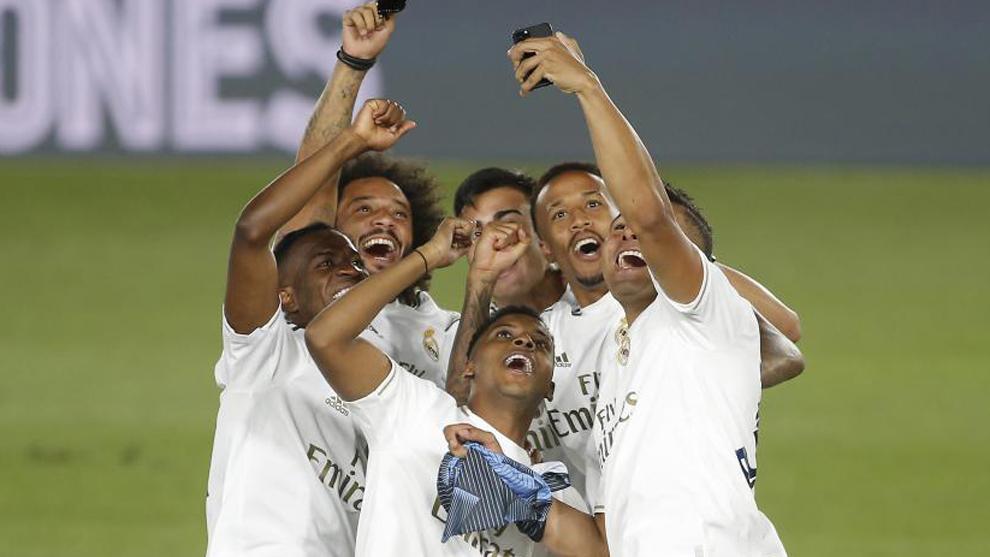 Los jugadores brasileños se hacen un 'selfie'