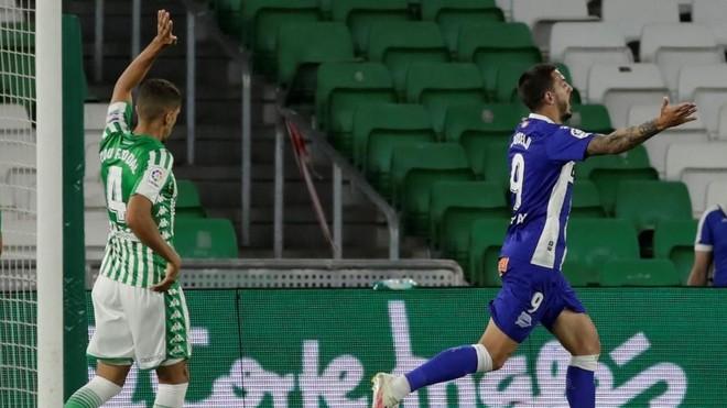 Joselu celebra el tanto que marcó ante el Betis.