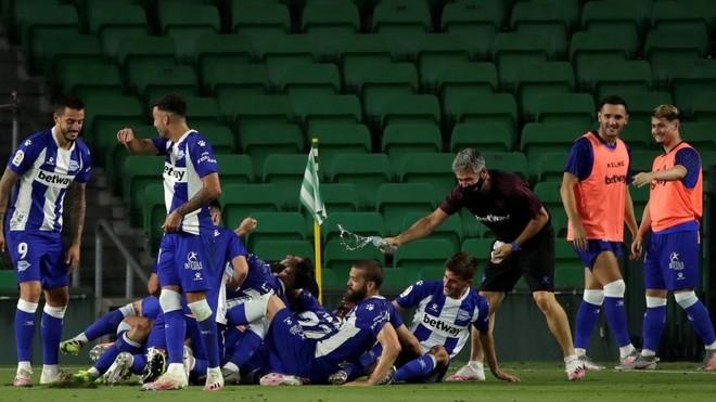 Los jugadores del  Alavés celebran la permanencia.