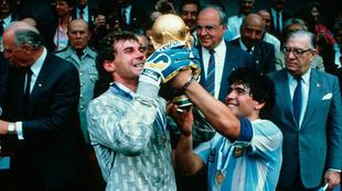 Pumpido junto a Maradona tras ganar la Copa del Mundo de 1986.