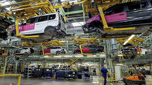 Imagen de archivo de la cadena de montaje en la fábrica de Ford en...