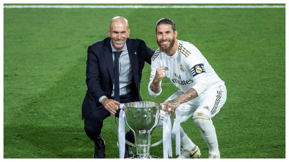 Zidane y Sergio Ramos, con la copa de campeones de Liga.