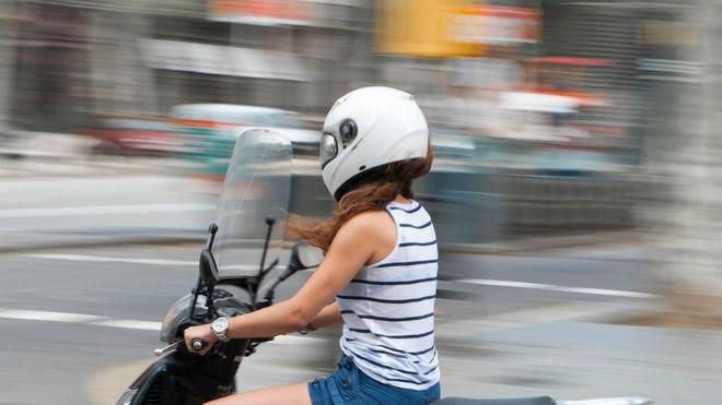 Una joven conduce una 'scooter'.