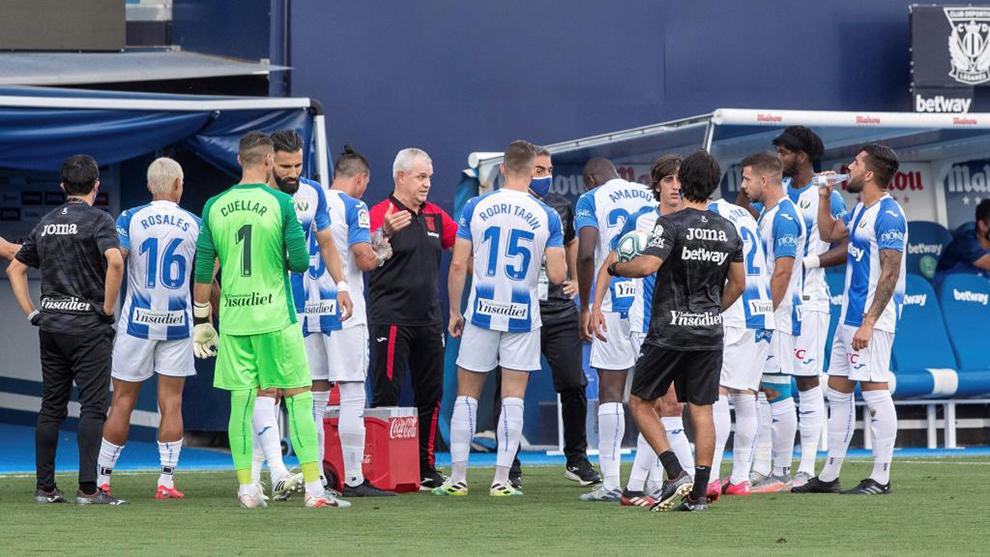 Javier Aguirre habla con sus jugadores en una pausa de hidratación