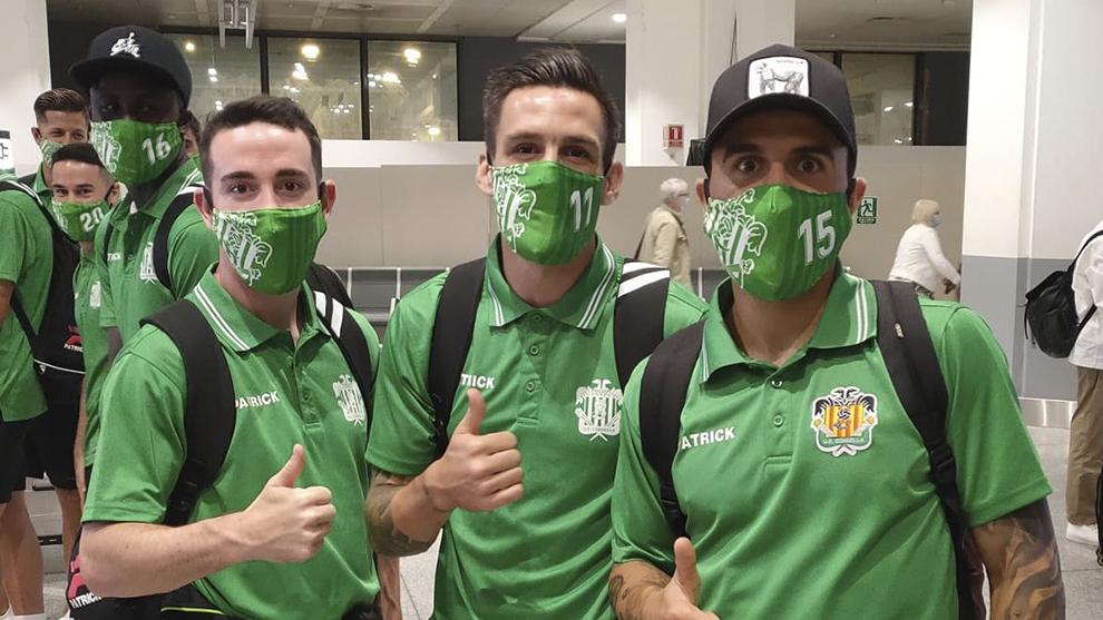 Jugadores del Cornellà posan al llegar a Málaga.