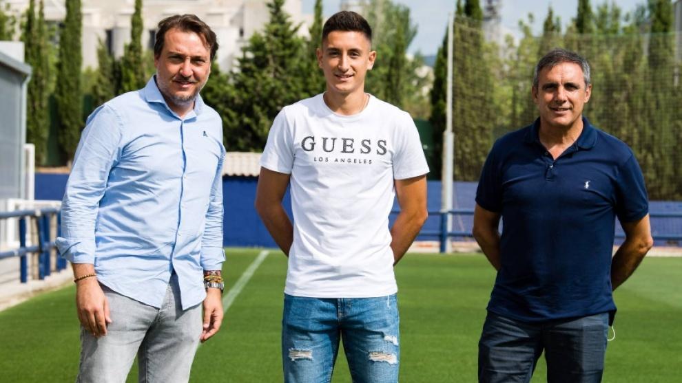 Pablo Martínez posa entre Quico Catalán y Manolo Salvador tras...