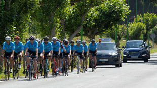 Un Hyundai Kona eléctrico escolta a los ciclistas del Club Betanzos.
