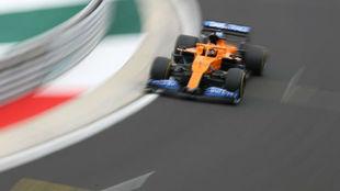 Carlos Sainz, en la entrada a la recta principal del circuito de...