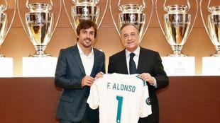 Fernando Alonso, junto a Florentino Pérez al ser nombrado socio de...