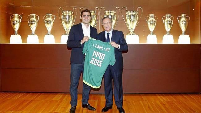 Casillas y Florentino Pérez, en la sala de trofeos del Real Madrid