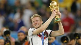 André Schürrle con la Copa del Mundo de Brasil 2014 que ganó con...