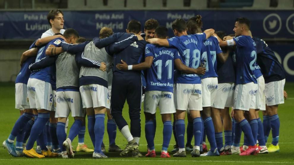 Los jugadores del Oviedo celebran su permanencia tras ganar al Racing...
