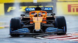 Carlos Sainz, con el MCL35, durante los entrenamientos del GP de...