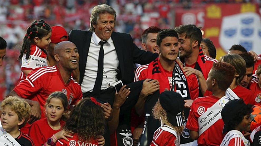 Jorge Jesus es manteado por sus jugadores tras ganar la liga en 2015