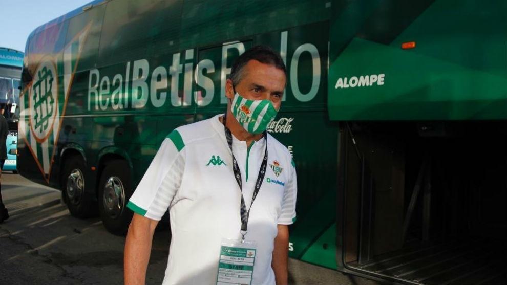 Alexis, llegando al Villamarín con mascarilla